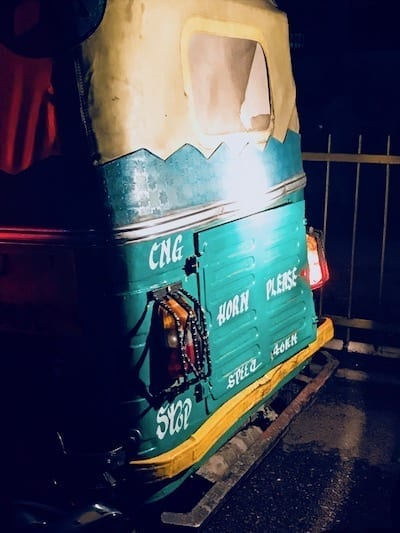 Back of a tuktuk in Lucknow, painted with the instruction 'Horn please'